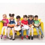 crianças sentado lendo 2